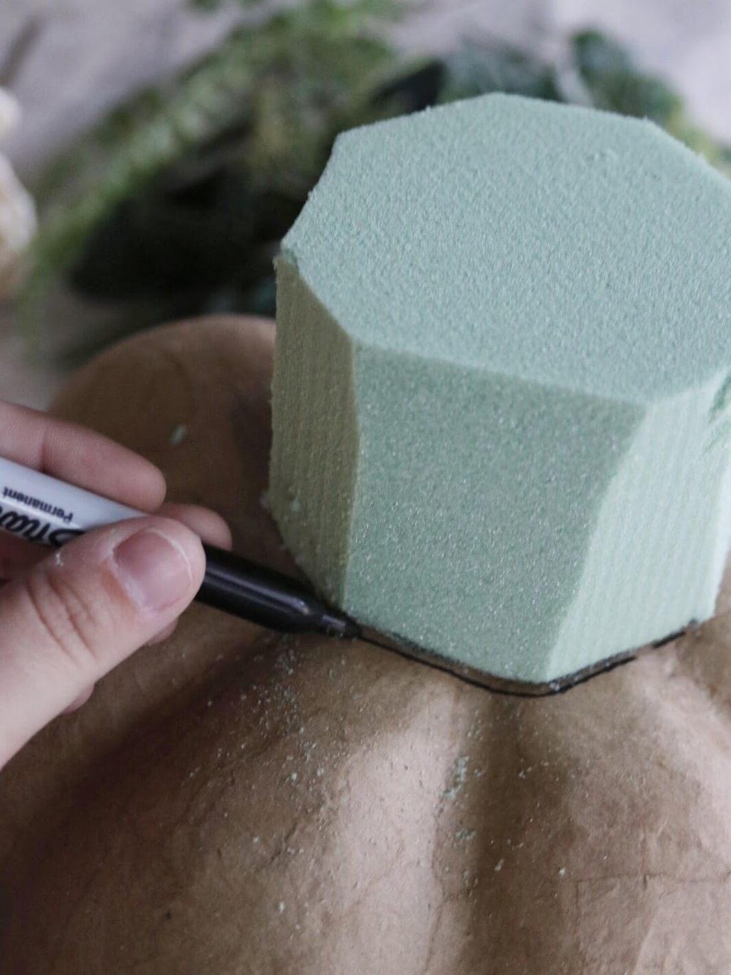 Как сделать цветочную композицию - поставьте губку на тыкву и обведите ее маркером