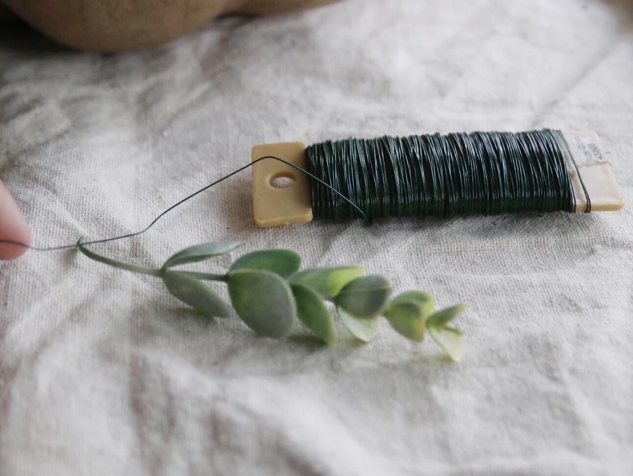 Как сделать цветочную композицию - оберните концы стеблей флористической проволокой