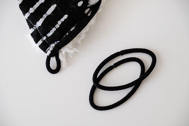 Гамак для кота - сшейте куски ткани вместе и закрепите на их углах резинки для волос