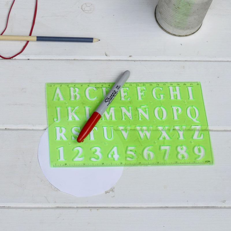 Как сделать анвент календарь из жестяных банок - нарисуйте цифры на бумажных кругах