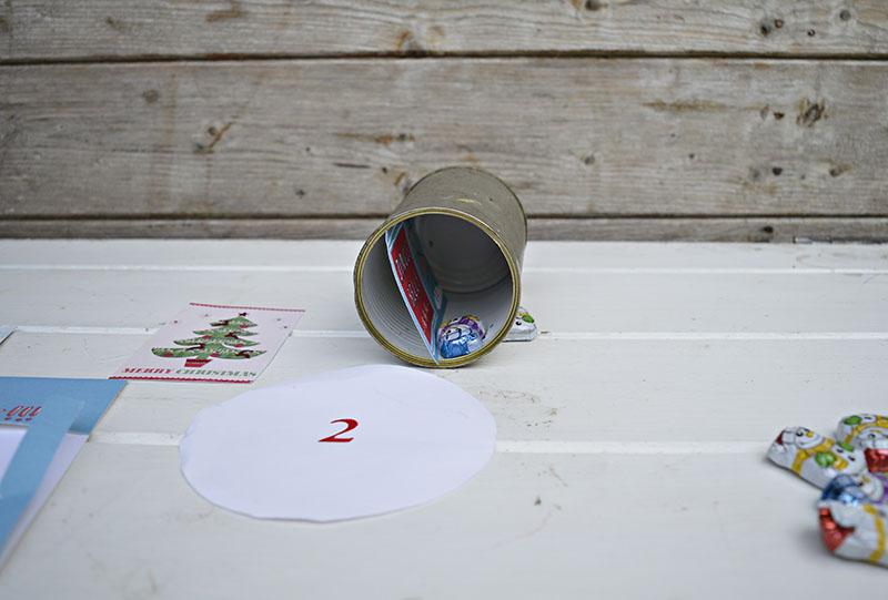 Как сделать анвент календарь из жестяных банок - положите в баночки угощения