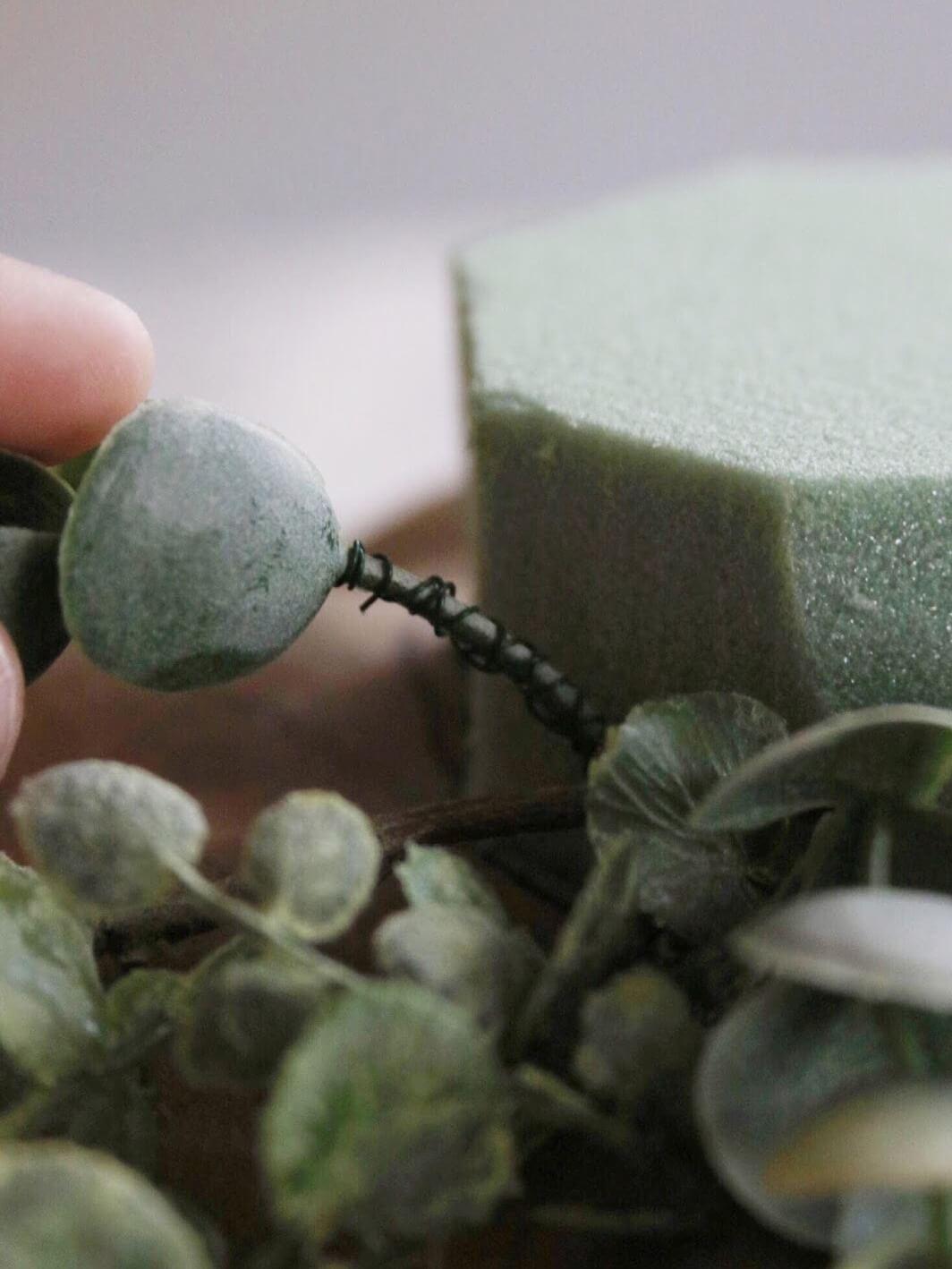 Как сделать цветочную композицию - установите короткие стебли