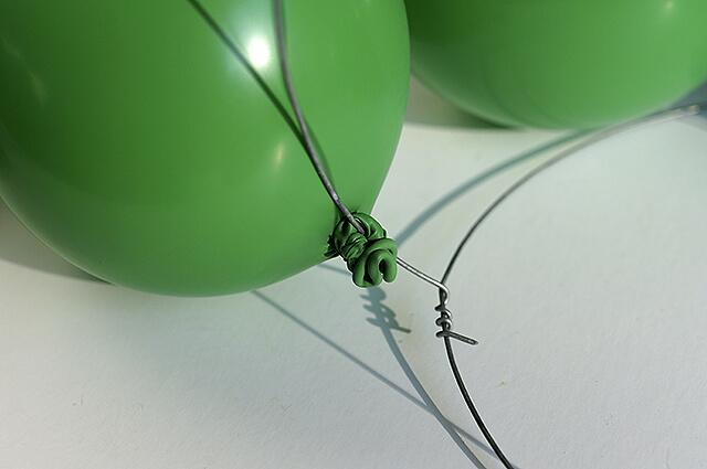 Как сделать анвент календарь из воздушных шаров - прикрепите шары на проволочную основу