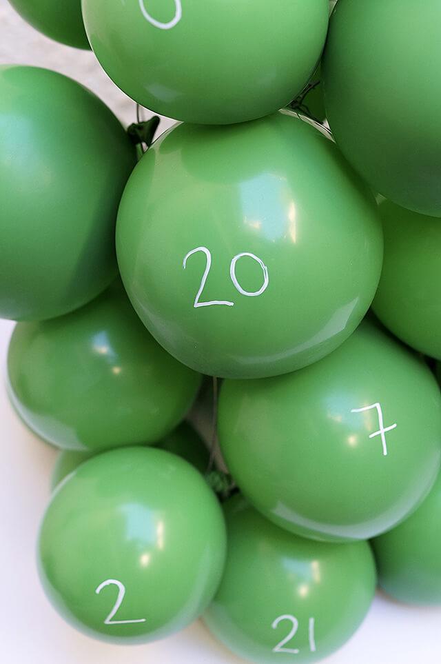 Как сделать анвент календарь из воздушных шаров - пронумеруйте шары