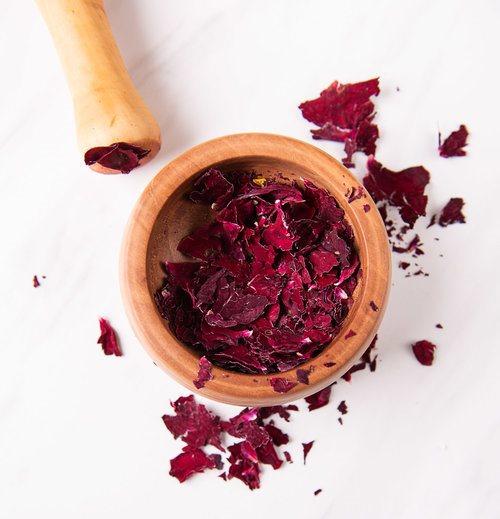 Домашний скраб для тела - высушенные лепестки роз