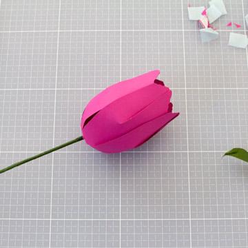 Тюльпаны из бумаги своими руками - вставьте проволоку с бахромой внутрь цветка