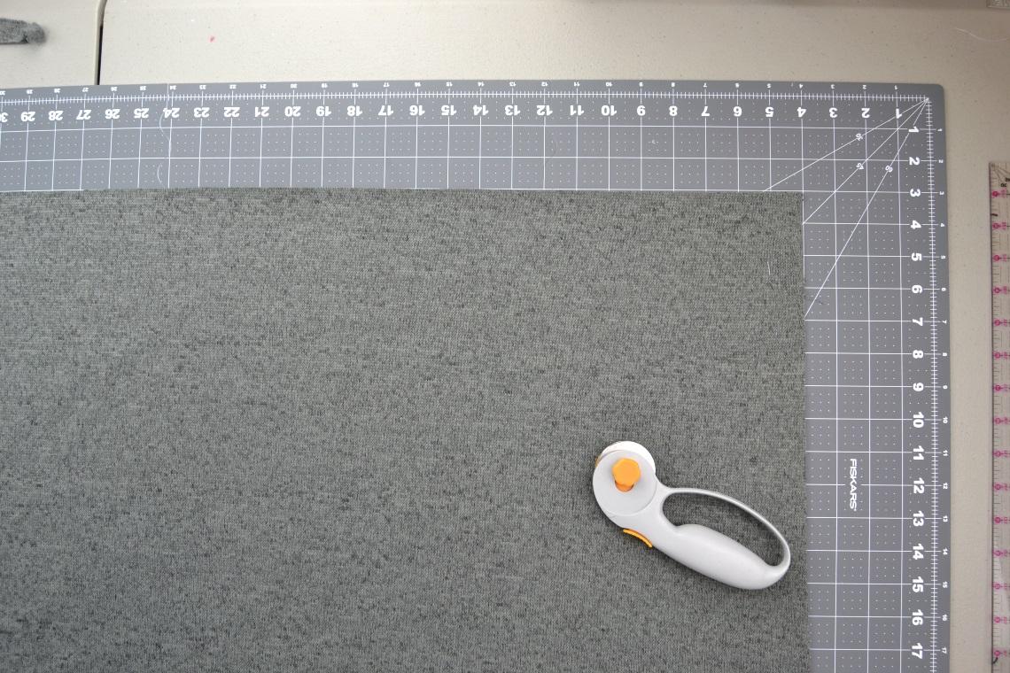 Как сшить пончо - вырежьте из ткани прямоугольник