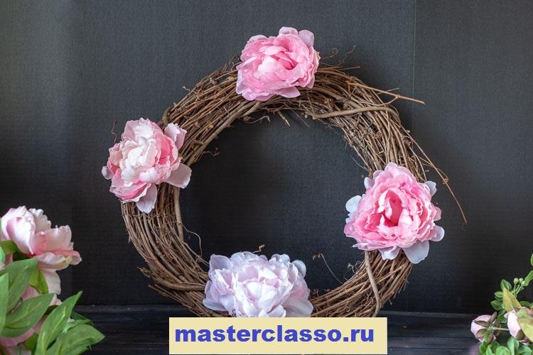 Венок из цветов - прикрепите на венок четыре пиона