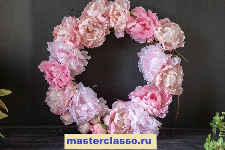 Венок из цветов - прикрепите на венок бутоны и другие цветки