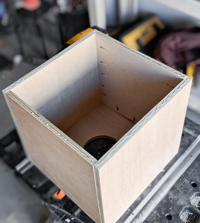 Домик для кошки - прикрепите переднюю панель к коробке