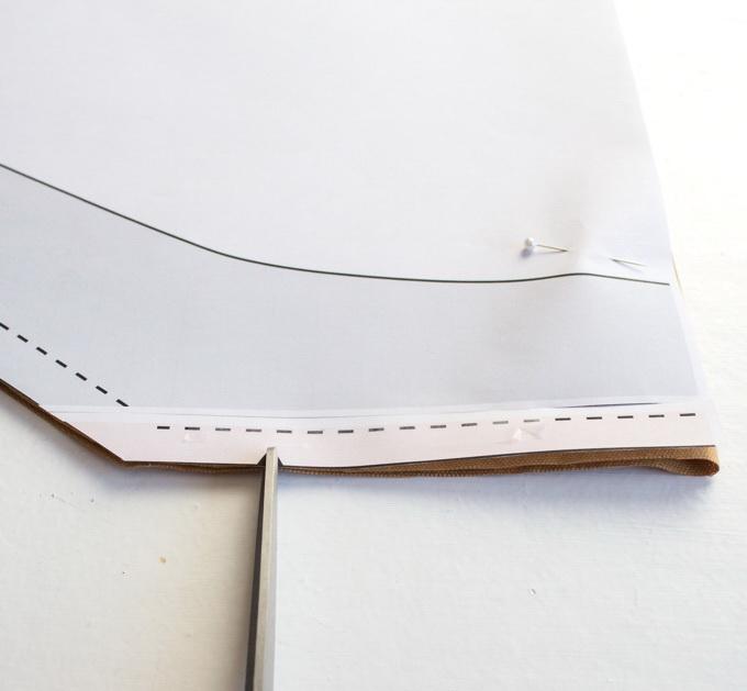 Как сшить фартук своими руками - вырежьте насечки для передней части ремешка