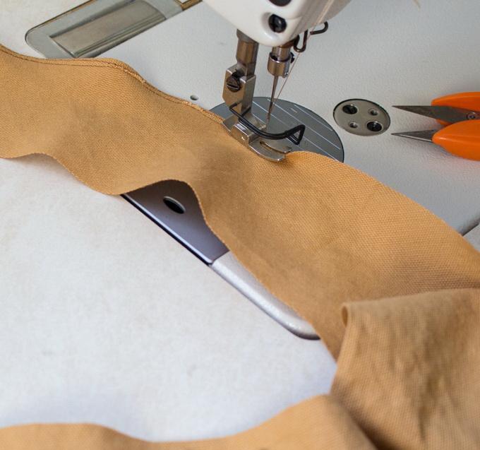 Как сшить фартук своими руками - подшейте деталь для шеи одиночным швом