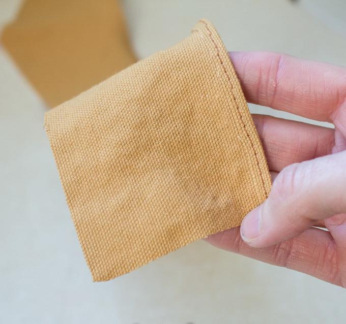 Как сшить фартук своими руками - подшейте деталь шеи одиночным швом