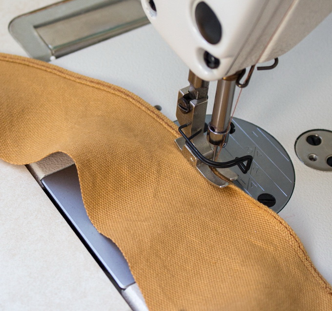 Как сшить фартук своими руками - подшейте деталь шеи двойным швом