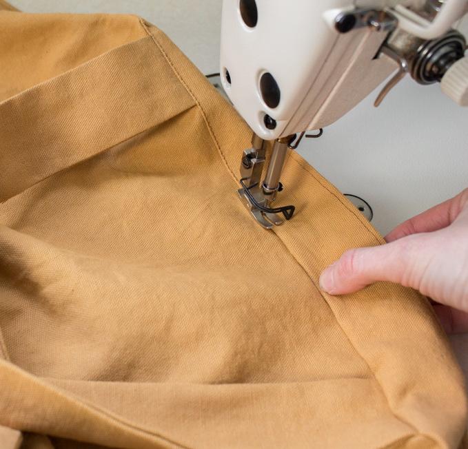 Как сшить фартук своими руками - переверните на лицевую сторону и отстрочите