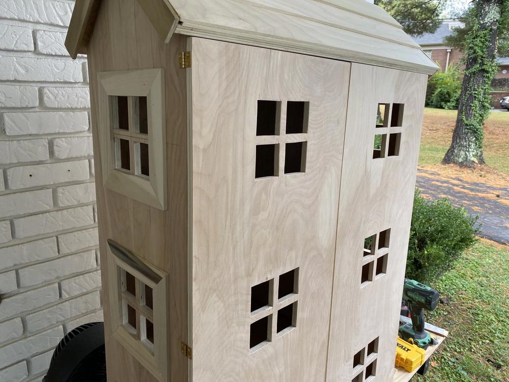 Домик для кукол из фанеры своими руками - оформите торцы крыши и сделайте двери